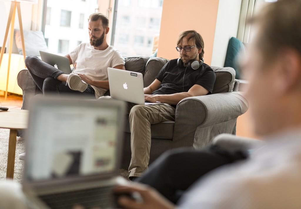Bei Absolventa arbeitet man gern in Jeans und T-Shirt auf dem Sofa in der Küche — fotografiert vom Profi