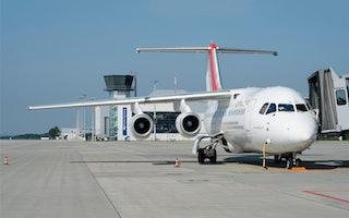Flugzeug Frontal mit Tower