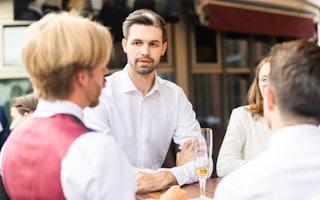 Networking Mann auf Konferenz Banking