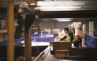 Mitarbeiter bei der Paketabwicklung